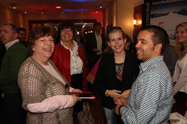 Roswitha mit Sylvia, Sonja, Norbert und Mara im Gespräch