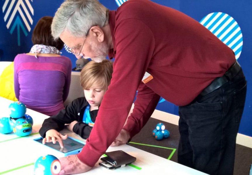 Opa und Enkel programmieren gemeinsam den Dash Lernroboter
