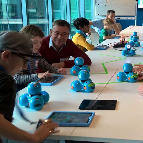 Die Kinder programmieren gemeinsam mit ihren Großeltern den Dash Lernroboter