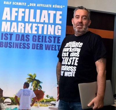 Ralf Schmitz vor seinem Buchcover