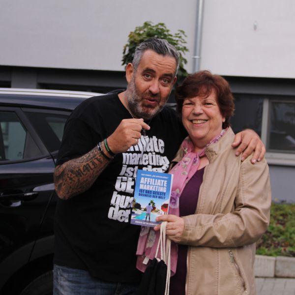Roswitha Uhde und Ralf Schmitz mit seinem Buch beim 1. Communityday